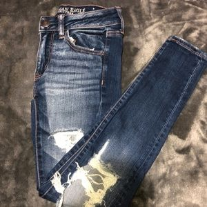 AE MEDIUM WASHED DISTRESSED JEANS